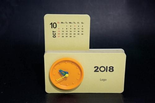 Đồng hồ bàn có 12 tháng lịch